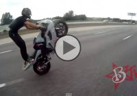 Crazy motorcycle wheelies escape the police on the highway!