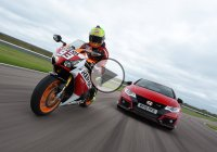 Honda Civic Type R vs CBR1000RR Fireblade SP – The Ultimate Track Battle!
