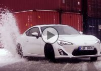 Toyota GT86 testing its drifting strength on a snowy road!