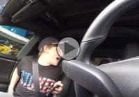 Dad pranks son with the Tesla autonomous driving function!
