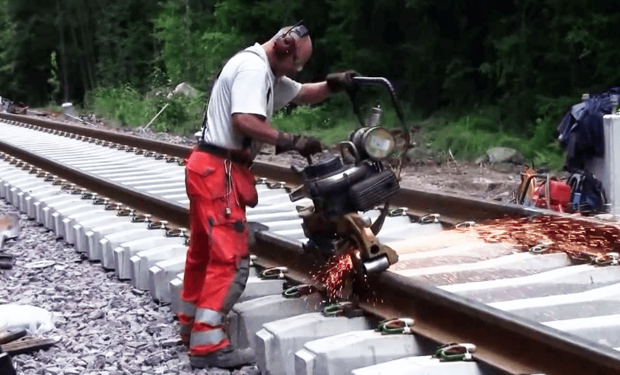 Railroad thermite welding - How are rail lines joined?