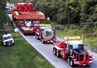 1.9 Million pound generator riding down the road thanks to Mammoet